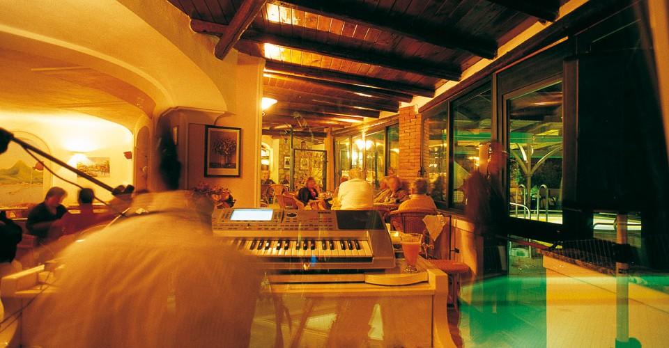 pianobar-ischia-hotel-carlo-magno-01-thumb-960x500